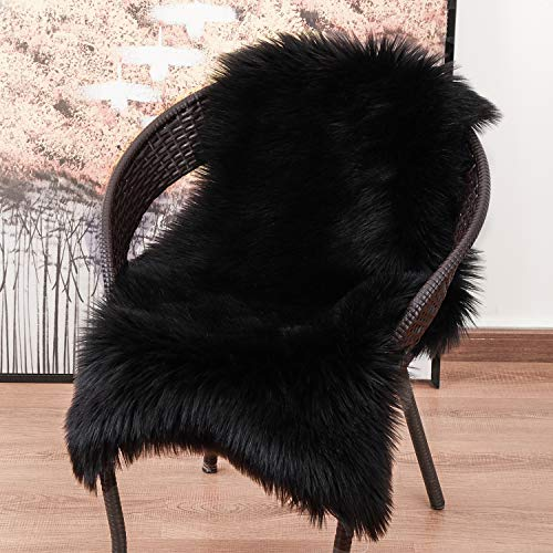 YOH Luxury Soft Faux Sheepskin Chair Cover Seat Cushion, Modern Imitation Sheepskin Plush Carpets Fluffy Shaggy Fur Area Rugs for Bedroom Living Room Nursery Home Decor Mat 23.6 X 35.4 Inches (Black)